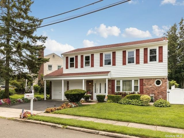 4 BR,  3.00 BTH Splanch style home in Huntington Station