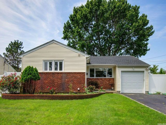 3 BR,  3.00 BTH Exp ranch style home in Hicksville