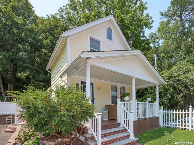 3 BR,  2.00 BTH Colonial style home in Woodbury