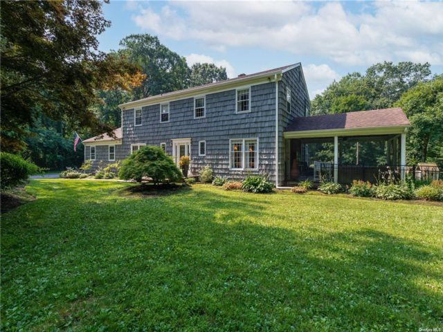 4 BR,  4.00 BTH Colonial style home in Muttontown