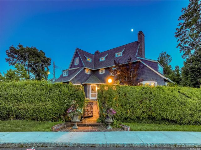 6 BR,  4.00 BTH Colonial style home in Douglaston