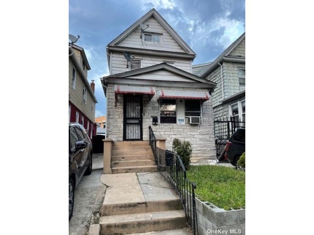 6 BR,  3.00 BTH Other style home in Jackson Heights