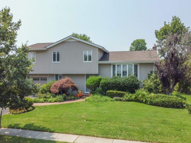 5 BR,  3.00 BTH Split level style home in Jericho