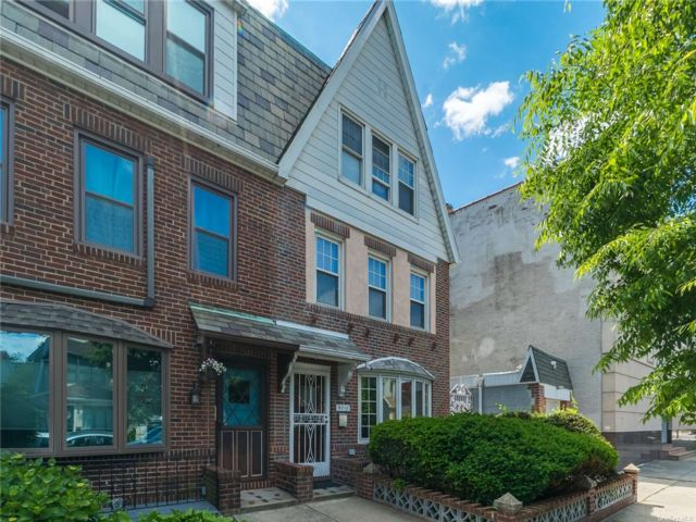 3 BR,  2.00 BTH Apt in house style home in Forest Hills