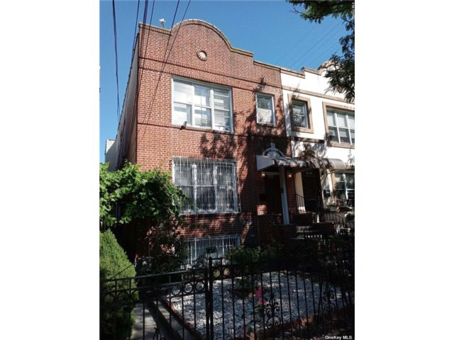 7 BR,  4.00 BTH Colonial style home in Astoria