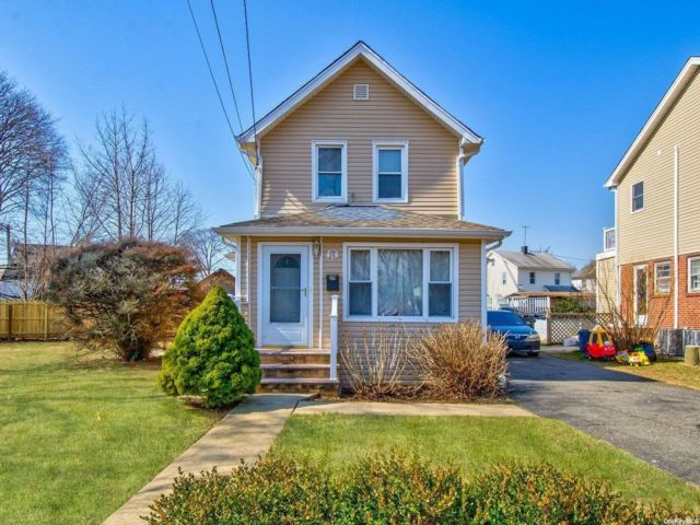 3 BR,  3.00 BTH Colonial style home in Hicksville