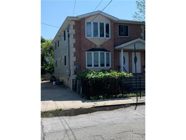6 BR,  4.00 BTH Colonial style home in Arverne