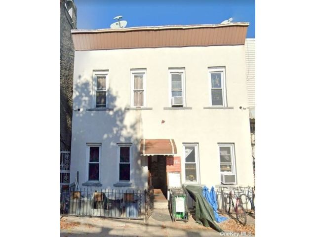 8 BR,  3.00 BTH Ranch style home in Astoria