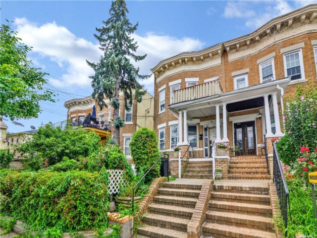 7 BR,  3.00 BTH 2 story style home in Kew Gardens
