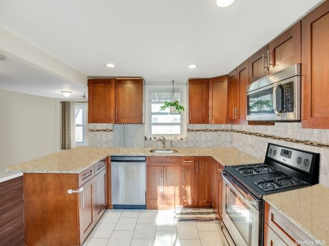 2 BR,  1.00 BTH 2 story style home in Huntington