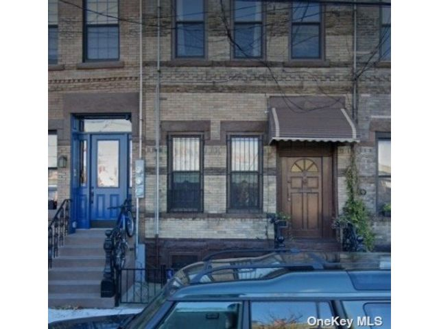 4 BR,  3.00 BTH Trilevel style home in Greenpoint