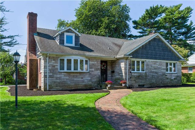 5 BR,  4.00 BTH Exp ranch style home in Garden City