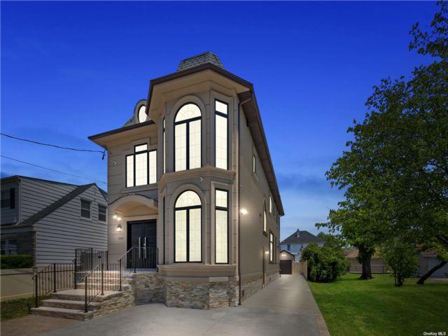 5 BR,  4.00 BTH Colonial style home in Cedarhurst
