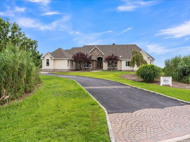 5 BR,  4.00 BTH Post modern style home in Patchogue