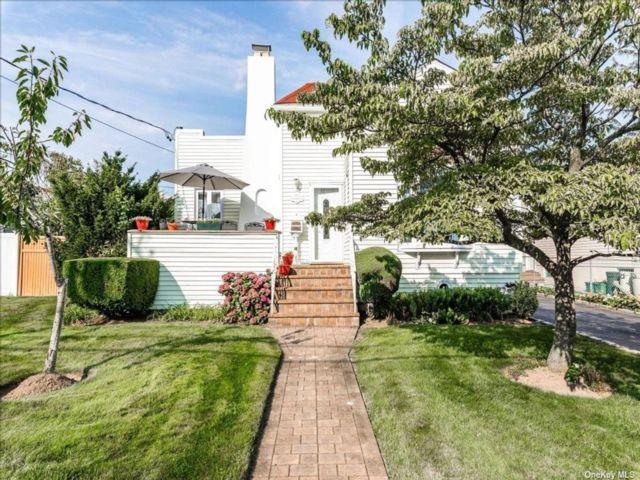 [Merrick Real Estate, listing number 3193700]