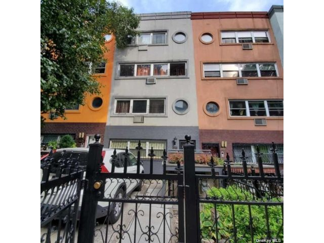 8 BR,  5.00 BTH Contemporary style home in Morrisania