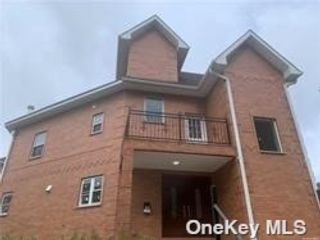 3 BR,  5.00 BTH Contemporary style home in Little Neck