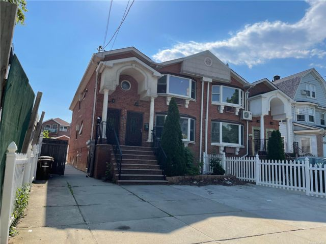 8 BR,  6.00 BTH Colonial style home in Flushing