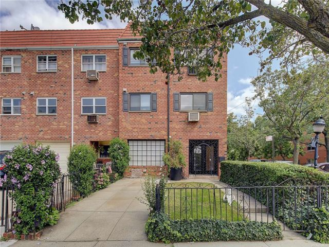 6 BR,  3.00 BTH Colonial style home in Jackson Heights
