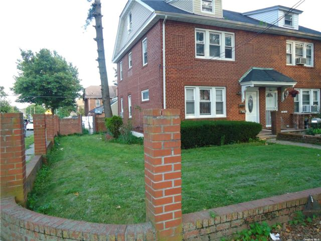 4 BR,  4.00 BTH Colonial style home in Cambria Heights