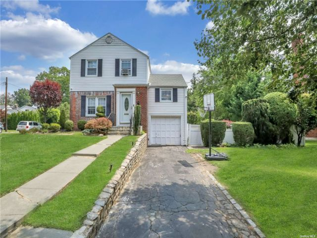 3 BR,  2.00 BTH Colonial style home in Manhasset Hills