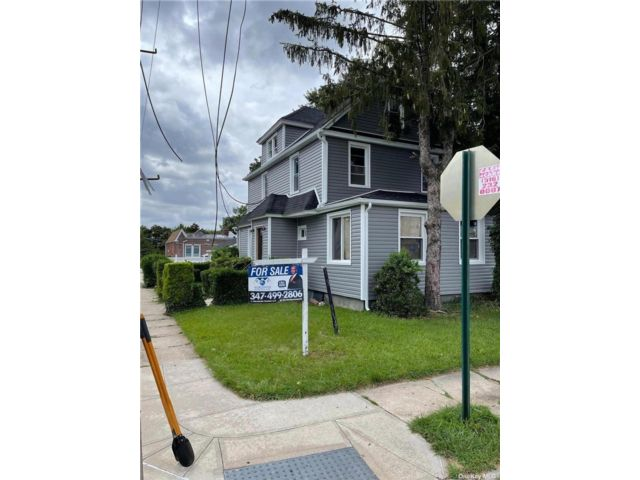 5 BR,  3.00 BTH Colonial style home in St. Albans