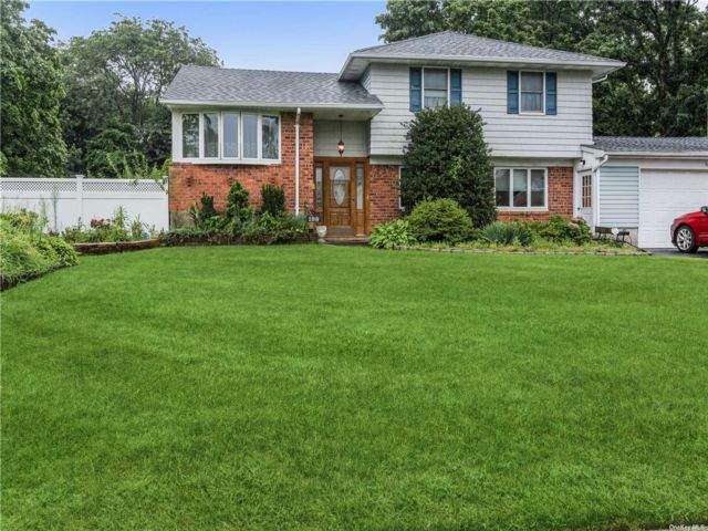 3 BR,  2.00 BTH Split level style home in East Islip
