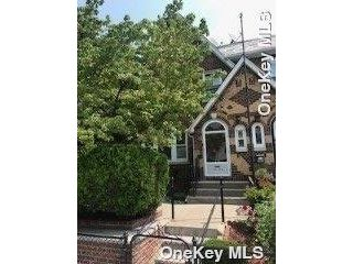 5 BR,  3.00 BTH Townhouse style home in Maspeth