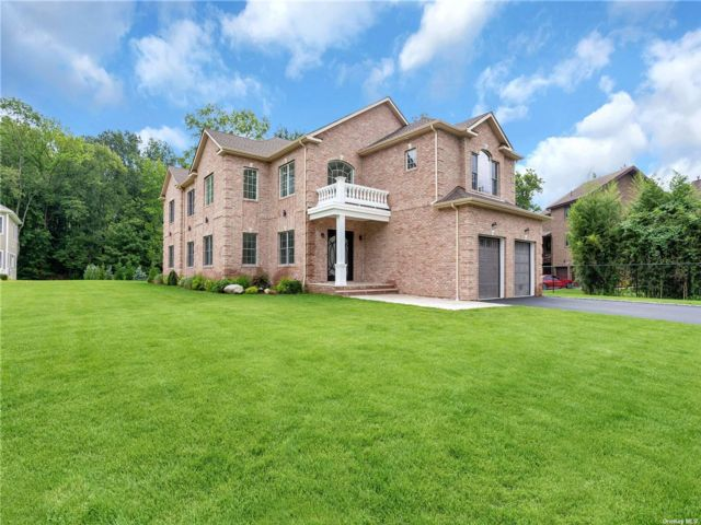 5 BR,  6.00 BTH Colonial style home in Roslyn