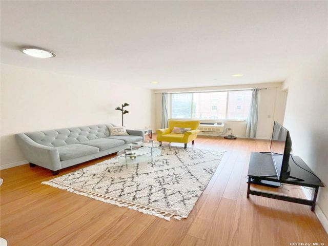2 BR,  2.00 BTH Mid rise style home in Woodside