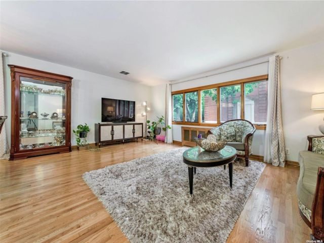 3 BR,  3.00 BTH Ranch style home in Rego Park