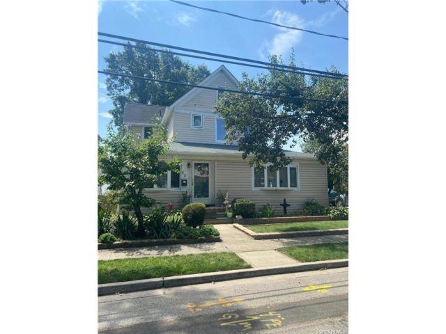 5 BR,  2.00 BTH Duplex style home in Valley Stream