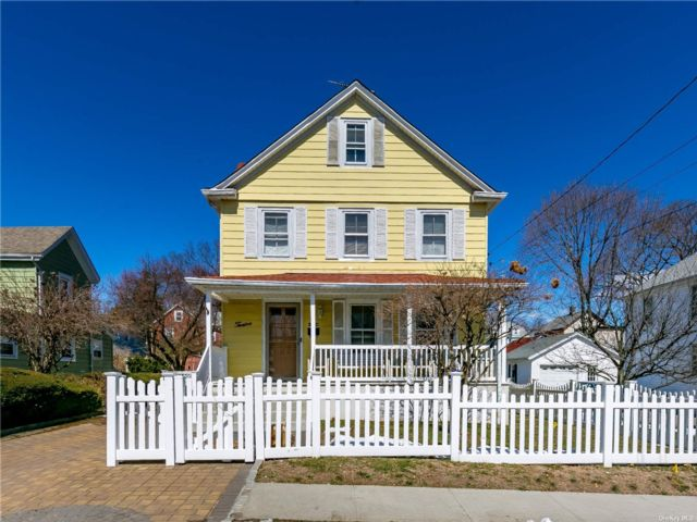 2 BR,  1.00 BTH Apt in house style home in Glen Cove