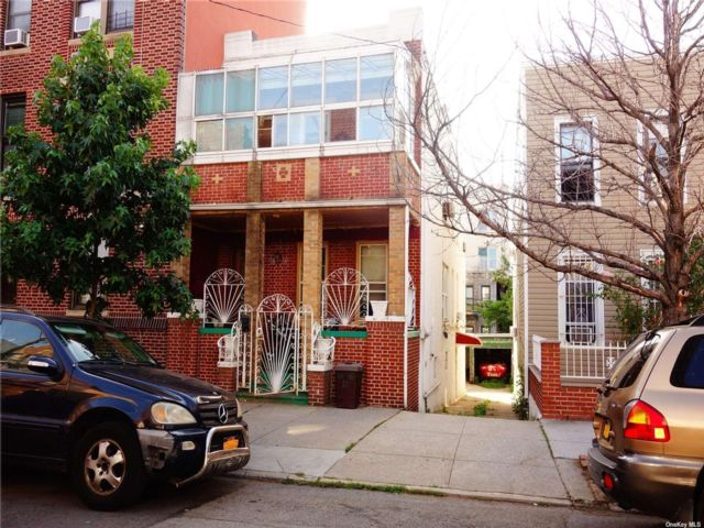 4 BR,  4.00 BTH 2 story style home in Astoria