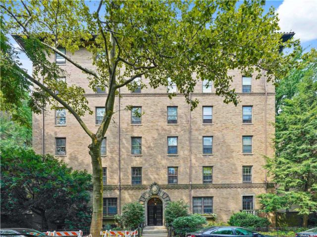 3 BR,  2.00 BTH Mid rise style home in Jackson Heights
