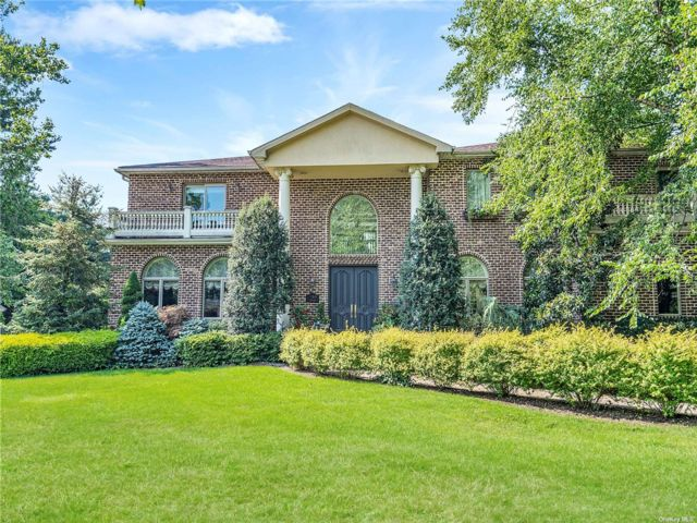 6 BR,  6.00 BTH Colonial style home in Roslyn Heights