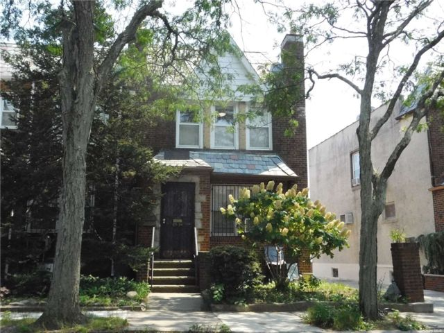 3 BR,  2.00 BTH Townhouse style home in Rego Park
