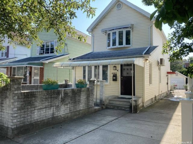 4 BR,  3.00 BTH Colonial style home in Rego Park