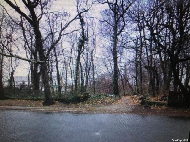 Lot <b>Size:</b> 1.04 Land style home in Selden