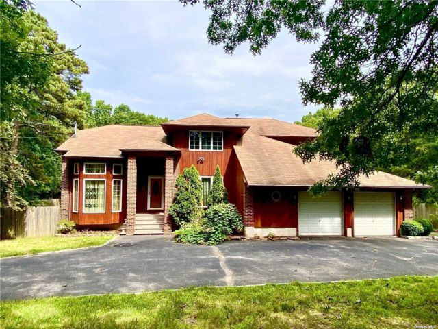 4 BR,  4.00 BTH Contemporary style home in Holtsville