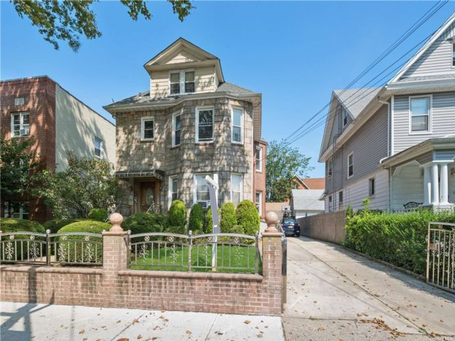 7 BR,  5.00 BTH Colonial style home in Richmond Hill