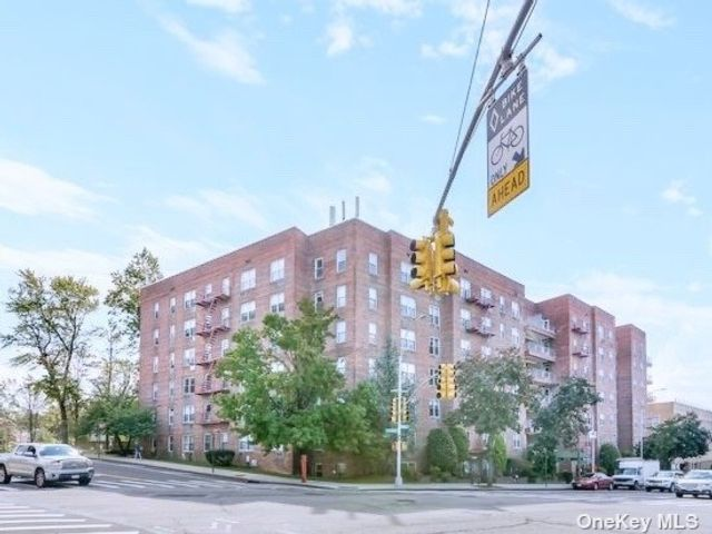 2 BR,  1.00 BTH Mid rise style home in Douglaston