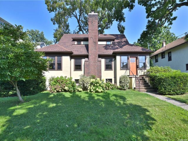 3 BR,  4.00 BTH Colonial style home in Flushing