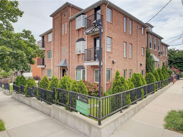 3 BR,  2.00 BTH Mid rise style home in Astoria