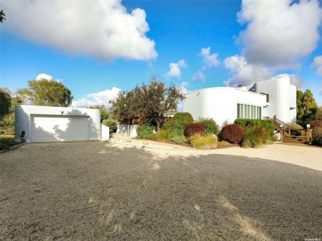 4 BR,  5.00 BTH Contemporary style home in Westhampton Bch