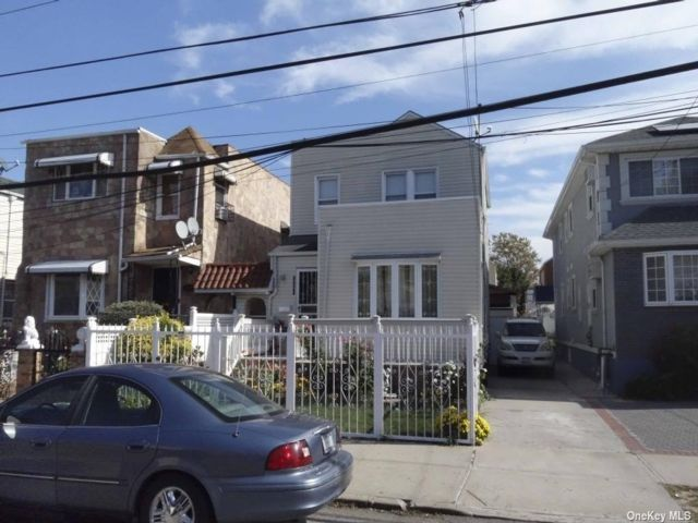 3 BR,  3.00 BTH Colonial style home in Laurelton
