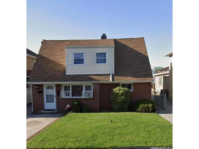 7 BR,  3.00 BTH Colonial style home in Whitestone