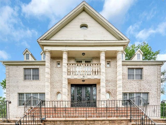 6 BR,  8.00 BTH Colonial style home in Roslyn