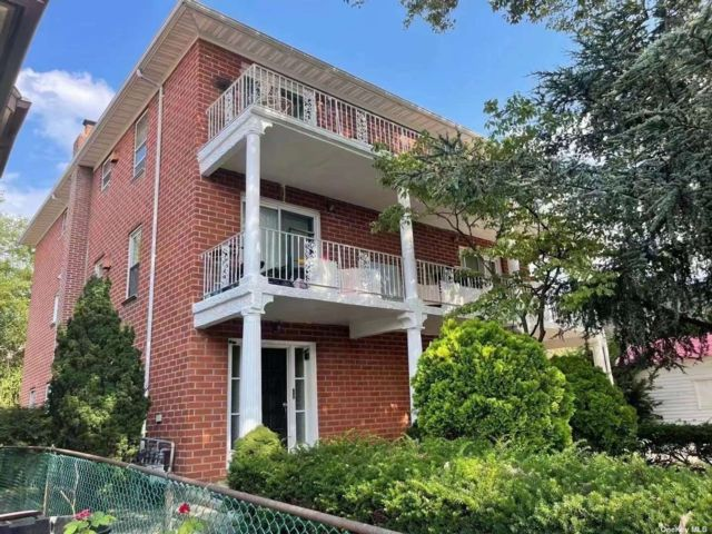 9 BR,  5.00 BTH Contemporary style home in Jackson Heights