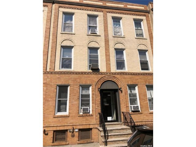 12 BR,  6.00 BTH Apartment style home in Woodside